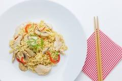 Fritar mexendo macarronetes com carne da galinha, cogumelo e capsicum vermelho Foto de Stock Royalty Free