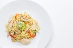 Fritar mexendo macarronetes com carne da galinha, cogumelo e capsicum vermelho Fotografia de Stock