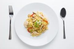 Fritar mexendo macarronetes com carne da galinha, cogumelo e capsicum vermelho Imagem de Stock Royalty Free