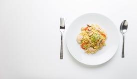 Fritar mexendo macarronetes com carne da galinha, cogumelo e capsicum vermelho Imagens de Stock