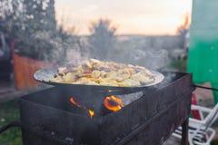 Frite batatas no fogo aberto no ar livre fotos de stock royalty free