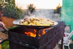 Frite batatas no fogo aberto no ar livre foto de stock royalty free