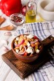 Frite a galinha, pimentas doces e os feijões brancos imagens de stock royalty free