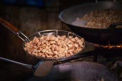 Frite a pele da carne de porco em uma grande caçarola imagens de stock