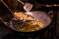 Frite a pele da carne de porco em uma grande frigideira no fogão foto de stock royalty free