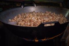 Frite a pele da carne de porco em uma grande frigideira no fogão imagens de stock royalty free