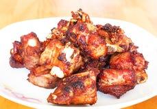 Frite reforços de carne de porco, reforços de carne de porco fritados, reforços de carne de porco friáveis, no fundo branco imagens de stock