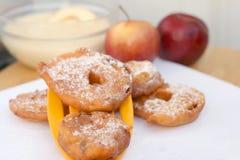 friterade äppelringar Arkivbilder