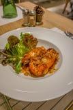 Friterade räkor med tamarindfruktsås, thailändsk mat, restaurang Royaltyfria Bilder
