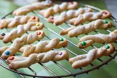 Frites de chocolat et biscuits sablés faits maison de sucrerie multicolore photographie stock libre de droits
