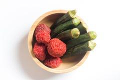 Frites de gombo et fraise croustillante dans la cuvette en bois Photos stock