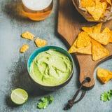 Frites de maïs mexicaines, sauce fraîche à guacamole et bière, culture carrée Images libres de droits