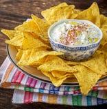 Frites de tortilla et sauce crème avec les herbes fraîches images libres de droits