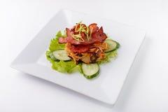 Frites et concombre de viande sur un fond blanc Photographie stock libre de droits