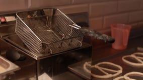 Friteuse avec la vapeur, fin  Petits pains de cuisson sur la chaîne de production dans l'industrie de la boulangerie, clips vidéos