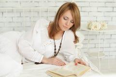 Fritid - kvinna som läser en bok Arkivbilder