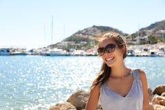 Fritidkvinna på ferie i yachtmarinasemesterort Royaltyfria Bilder