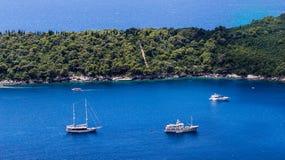Fritids- fartyg som förtöjas på den Lokrum ön i Dubrovnik, seglar utmed kusten, C Royaltyfri Foto