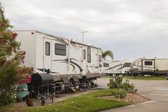 Fritids- medel på en campingplats royaltyfria foton