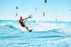 Fritids- sportar Man Kiteboarding i havsvatten Extrema Spor Arkivbilder