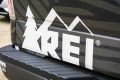 Fritids- utrustning, Inc eller REI som gemensamt sedd till logoen royaltyfri foto
