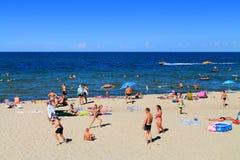Fritidsaktiviteter på den sandiga stranden på Kulikovo Arkivbild