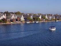 Fritiduppehälle vid sjön royaltyfri fotografi