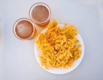 Fritos amarelos fritados com camarões pequenos e duas cervejas fotos de stock royalty free