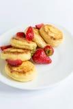 Fritos caseiros do coalho com morango em uma placa branca Imagem de Stock