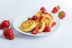 Fritos caseiros do coalho com morango em uma placa branca Fotografia de Stock Royalty Free