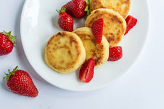 Fritos caseiros do coalho com morango em uma placa branca Foto de Stock