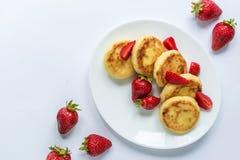 Fritos caseiros do coalho com morango em uma placa branca Fotografia de Stock