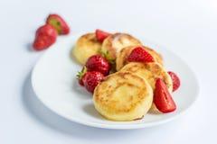 Fritos caseiros do coalho com morango em uma placa branca Imagem de Stock Royalty Free