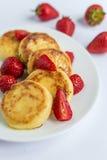 Fritos caseiros do coalho com morango em uma placa branca Foto de Stock Royalty Free
