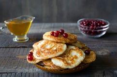 fritos do Russo-estilo no fundo de madeira escuro Fotografia de Stock