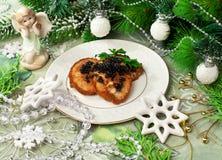 Fritos dos peixes com caviar e decoração do Natal Fotografia de Stock