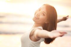 Fritt leende och lycklig kvinna Arkivfoto