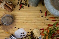 Fritt utrymme för text på träbakgrund av skärbrädan med trätextur och spridda kryddor på den Bästa sikt på utan laga kraft trä arkivfoton