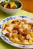 Frittata λουκάνικων με τις τηγανιτές πατάτες και τη σαλάτα Στοκ Εικόνα