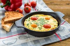 Frittata (итальянский омлет) с паприкой и cherriy томатами Сразу взгляд Стоковые Фото