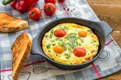 Frittata (итальянский омлет) с паприкой и cherriy томатами Стоковое фото RF