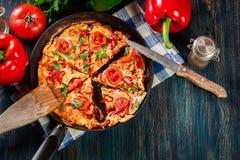 Frittata сделанный из яичек, chorizo сосиски, красный пеец, зеленый перец Стоковые Фото