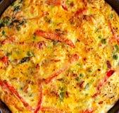 Frittata сделанный из яичек, картошка, бекон, паприка, петрушка, зеленые горохи, лук, сыр в железном лотке таблица поля глубины о Стоковая Фотография RF