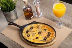 Frittata сделанный из яичек, картошка, бекон, паприка, петрушка, лук, c Стоковая Фотография RF