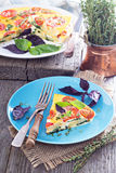 Frittata com tomates, ervas e batatas Imagens de Stock Royalty Free