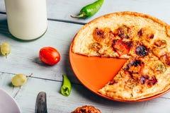 Frittata con chorizo, i pomodori ed i peperoncini immagine stock libera da diritti