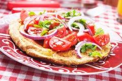 Frittata con la ensalada del tomate imagen de archivo libre de regalías