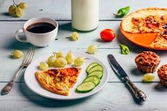 Frittata con con la tazza di caffè, l'uva ed i muffin fotografia stock