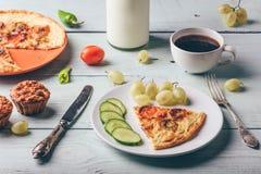 Frittata con la tazza di caffè, l'uva ed i muffin immagini stock libere da diritti