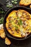Frittata de champignon avec le parmesan et le persil frais dans la casserole Image stock